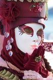 Rote Maske, die einen Kuss am Karneval von Venedig sendet Lizenzfreie Stockbilder