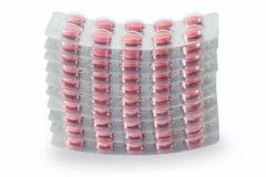 Rote medizinische Pillen in den Streifen Stockbilder