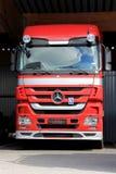 Rote Mercedes-Benz Actros Truck Lizenzfreie Stockfotos