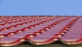Rote Metalldachplatten Stockfoto
