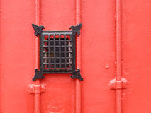 Rote metallische Tür mit Blickloch Stockfotografie
