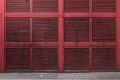 Rote Metallwand oder Luftschachtwand eines Gebäudes Lizenzfreie Stockfotos