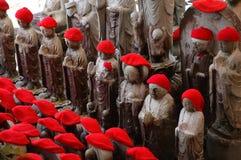 Rote mit einer Kappe bedeckte Statuen Stockfoto