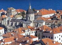 Rote mit Ziegeln gedeckte Dächer Dubrovniks stockfotografie