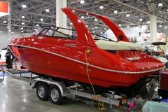 Rote moderne Yacht Magniff in der Ausstellung Krokus-Ausstellung in Moskau Stockbilder