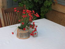 Rote Mohnblumen auf dem Tisch Stockbilder