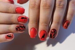 Rote Nägel des Maniküredesigns mit Muster Lizenzfreie Stockfotos