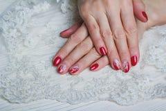Rote Nagelkunst mit weißer Spitze mit Punkten und Linien Lizenzfreie Stockbilder