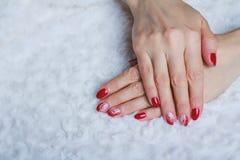 Rote Nagelkunst mit weißer Spitze mit Punkten und Linien Lizenzfreie Stockfotos