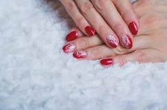 Rote Nagelkunst mit weißer Spitze mit Punkten und Linien Stockbild