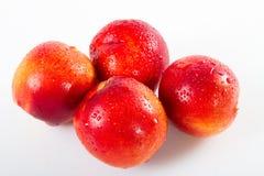 Rote Nektarinen Superfrucht, Hochenergieantioxidansnahrung, Gesundheitszusatzsaftige rote Mittelmeernektarinen an lokalisiert stockfotos