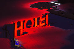Rote Neonleuchte eines Hotels Stockbild
