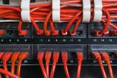 Rote Netzkabel angeschlossen an Schalter lizenzfreie stockbilder