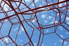 Rote Netzkabel gegen den blauen Himmel. lizenzfreie stockbilder