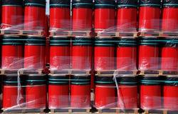 Rote oildrums auf Ladeplatten Lizenzfreie Stockbilder