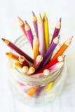 Rote orange Gelb-farbige Bleistifte im Glasgefäß von oben Lizenzfreie Stockfotografie