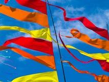 Rote, orange und gelbe Markierungsfahnen-Wellenartig bewegen Lizenzfreie Stockfotos