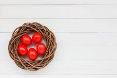 Rote Ostereier im Nest Stockbilder
