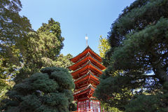 Rote Pagode und Bäume in einem japanischen Garten Stockfotos