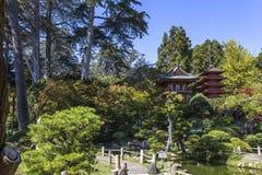 Rote Pagode und Bäume in einem japanischen Garten Stockbild