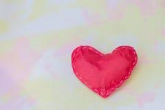 Rote Papierherzen auf dem Gewebe Symbol des Liebeszusammenfassungs-Arthintergrundes Stockbilder