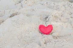 Rote Papierherzen auf dem Sand Symbol des Liebeszusammenfassungs-Arthintergrundes stockfotografie