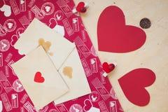 Rote Papierherzen mit Stiften und Umschlägen Lizenzfreies Stockbild