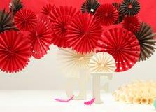 Rote Papierrosetten Stockfoto