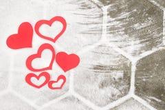 Rote Papiervalentinsgrußherzen auf Schnee Valentinsgruß ` s Tagesgeschenk stockbilder