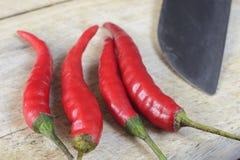 Rote Paprikas auf Schneidebrett lizenzfreie stockfotografie