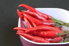 Rote Paprikas in einer Schale stockfoto