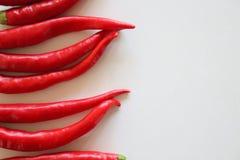 Rote Paprikas getrennt auf weißem Hintergrund Selektiver Fokus Unscharfer Hintergrund freier Platz für Text Lizenzfreies Stockfoto