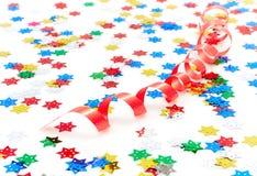 Rote Party Dekoration und Confetti Stockbild