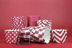 Rote Pastetchenwannenpapierschalen des Valentinsgruß-, Hochzeits-, Geburtstags- oder Liebesthemakleinen kuchens Stockbilder