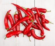 Rote Pepperonipfeffer auf Holztisch lizenzfreie stockfotografie