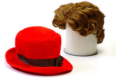 Rote Perücke und rote Mütze Stockfotografie