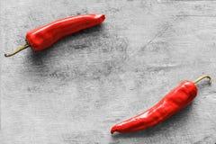 Rote Pfeffer auf altem Holztisch Stockfotografie