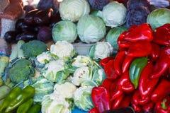 Rote Pfeffer, Blumenkohle, Gurken, cabages, broccolies, zuchinis und Auberginen Stockfotos