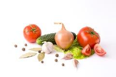 Rote Pfeffer und gelbe Pfeffer mit Tomaten auf einem weißen backgrou Lizenzfreie Stockfotos