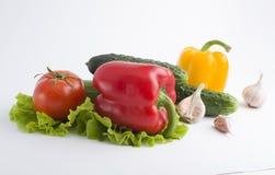 Rote Pfeffer und gelbe Pfeffer mit Tomaten auf einem weißen backgrou Lizenzfreies Stockfoto