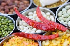 Rote Pfeffer und Nahrungsmittelkörner Stockbild