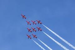 Rote Pfeile über Abu Dhabi, UAE Lizenzfreie Stockfotos