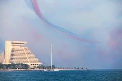 Rote Pfeile über Doha-Bucht Stockfotografie