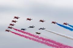 Rote Pfeile Royal Air Forces, die in Bildung mit den Führern von Bildungen fliegen, teams das Breitlings-Jetteam, Frecce Tricolor Lizenzfreies Stockbild