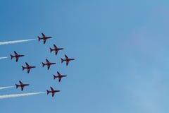Rote Pfeiljet-Bildung und blauer Himmel Weston Air Festival-Weston-s-Stute Somerset Stockfotos