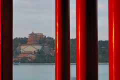 Rote Pfosten im Sommer-Palast lizenzfreies stockfoto