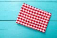 Rote Plaidtischdecke auf blauem Holztisch Draufsicht- und Kopienraum Stockfotografie