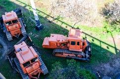 Rote Planierraupen an einer Baustelle stockbilder