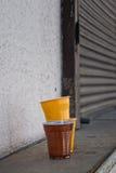 Rote Plastikcup für kleine Kuchen auf Weiß Stockfotografie