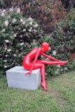 Rote Plastikfrauenskulptur Bogen Moskau 2015 Stockbilder